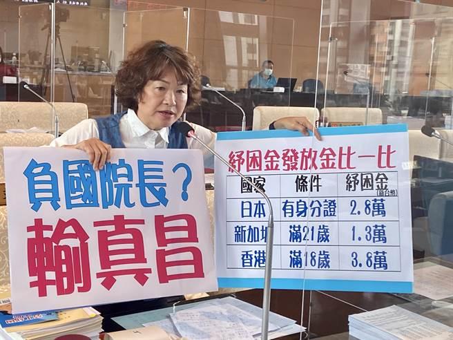台中市議員李麗華18日抨擊,中央宣示擴大紓困方案發放1萬元,「中央審核,基層免責」,但民眾實際請領平均最少要跑3趟。(盧金足攝)