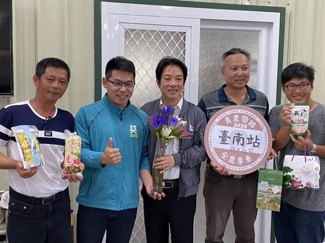 透過即將接任副總統的賴清德牽線,將台南白河蓮花產業相關的農特產送到台北,替第一線人員加油打氣。(台南市議員李宗翰服務處提供/莊曜聰台南傳真)