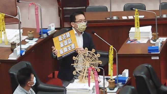 高雄巿議員陳致中18日在高雄巿議會以小型摩天輪諷刺高雄巿長韓國瑜「亂花錢、亂說話、亂開支票」。(曹明正攝)
