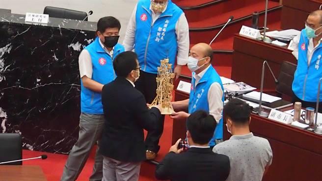 高雄巿議員陳致中18日在巿議會質詢最後以小型摩天輪送給高雄巿長韓國瑜「圓夢」,韓國瑜最後收下來。(曹明正攝)