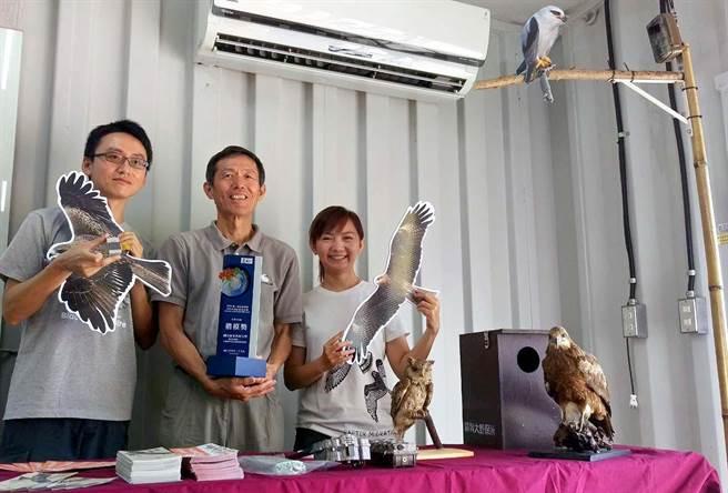 屏科大鳥類生態研究室洪孝宇(左起)、孫元勳、林惠珊等人長期致力於台灣猛禽保育,今年獲得遠見雜誌USR大學社會責任獎,生態共好組楷模獎。(潘建志攝)