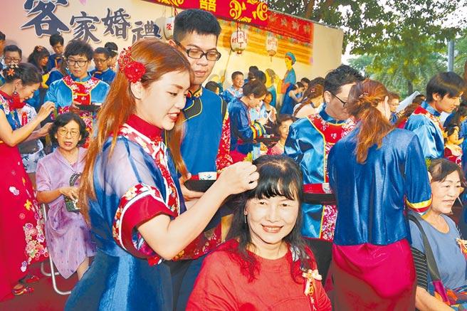 高雄市客家集團婚禮邁向第8個年頭,撮合超過200多對佳偶。(高雄市政府客家委員會提供/林雅惠傳真)