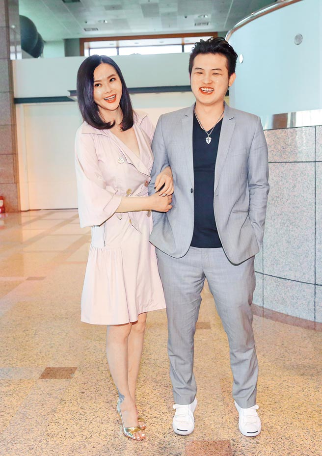 蕭淑慎(左)與老公梁軒安昨露面感情甜蜜。(盧禕祺攝)