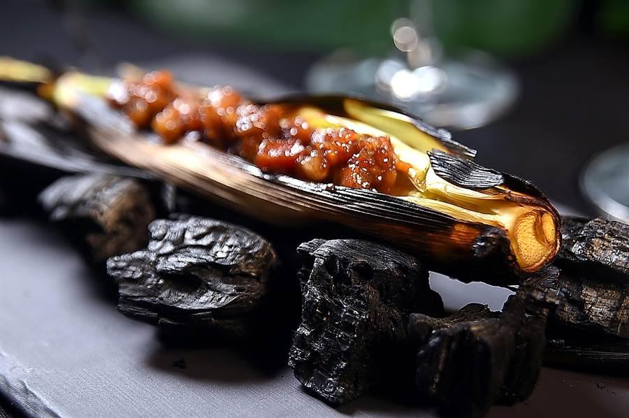 可以連鬚一起吃的〈炭烤玉米筍〉,增加了以鰹魚味噌提味的煙燻培根,以及荳蔻和黑胡椒提味,味道更有層次。(圖/姚舜)