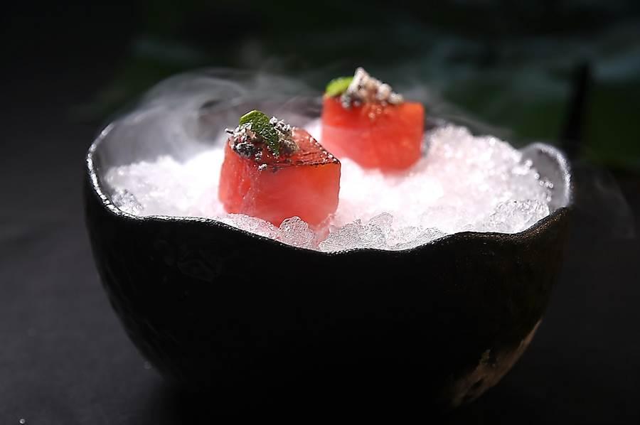 〈芝麻西瓜〉是將西瓜稍微煎過,搭配福源黑芝麻醬和海鹽提味,並噴了漬辣椒覆盆子糖水,上面點綴香蜂,是一道清爽的開胃小食。(圖/姚舜)