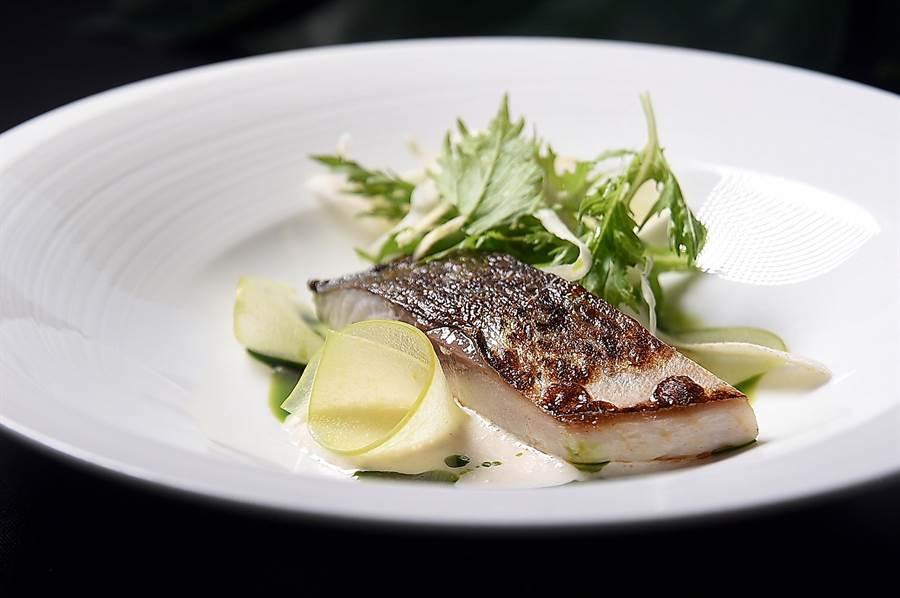 〈炙燒鯖魚〉是〈Fire Play〉的人氣菜式,〈168 Prime〉主廚Cage以辣根醬優格、巴西里油提味,並以水菜、醋漬青蘋果薄片,以及歐防風沙拉相佐,提升了這菜的形色味。(圖/姚舜)