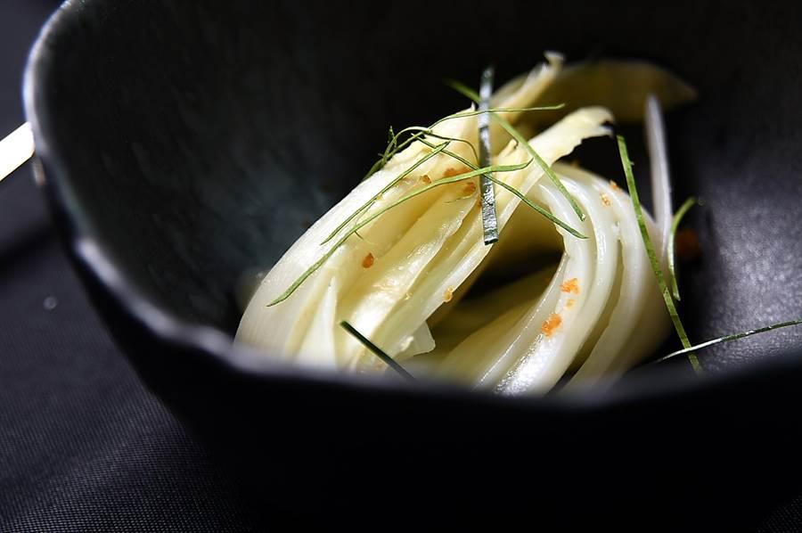 這是用白蘆筍刨成麵條狀的〈白蘆筍麵〉,煮熟後上面刨了漬柳橙皮屑並拌入叻沙醬增益風味。(圖/姚舜)