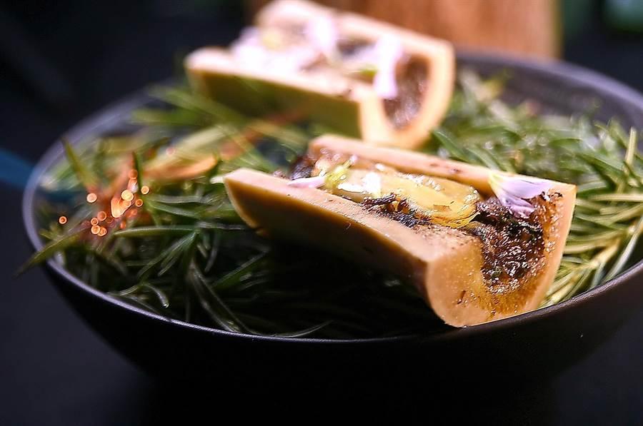〈炭烤牛骨髓〉因有了法式紅酒燉牛頰與燉牛筋相襯,口感更富層次,且去化了骨髓中的「牛味」。(圖/姚舜)