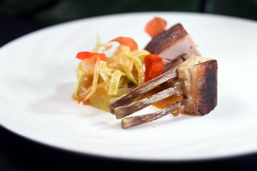 表皮酥脆、肉質柔嫩的〈炭烤乳豬〉,是炭烤屏東乳豬,搭配焦化柳橙與柚子胡椒的自製醬,茴香沙拉。(圖/姚舜)