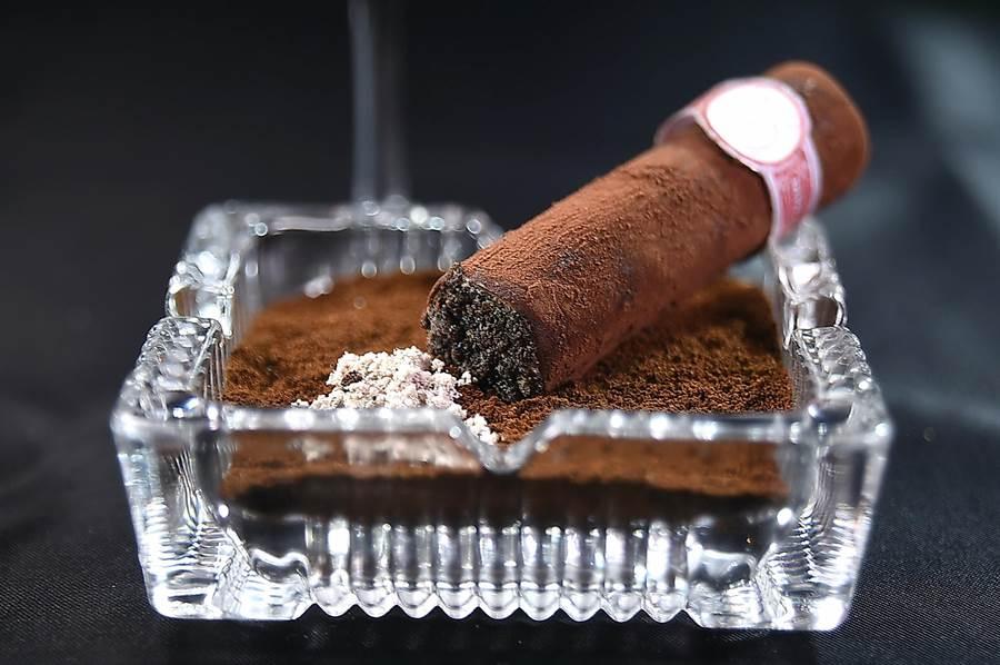 擬真派甜點〈榛果雪茄〉,是以馬斯卡彭起司,咖啡,榛果,巧克力粉與黑松露作成。(圖/姚舜)