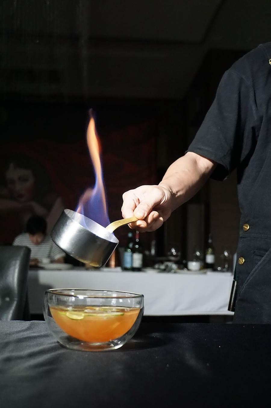以〈愛玉冰〉概念呈現的前甜點,用火燃酒增加視覺效果與風味。(圖/姚舜)