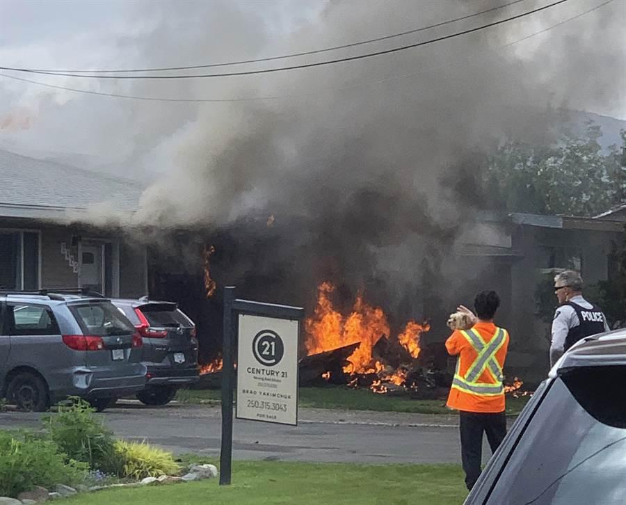 加拿大雪鳥特技飛行隊的1架CT-114教練機17日墜毀卑詩省(British Columbia)甘露市(Kamloops)住宅區,冒出大火與陣陣濃煙。(美聯社)