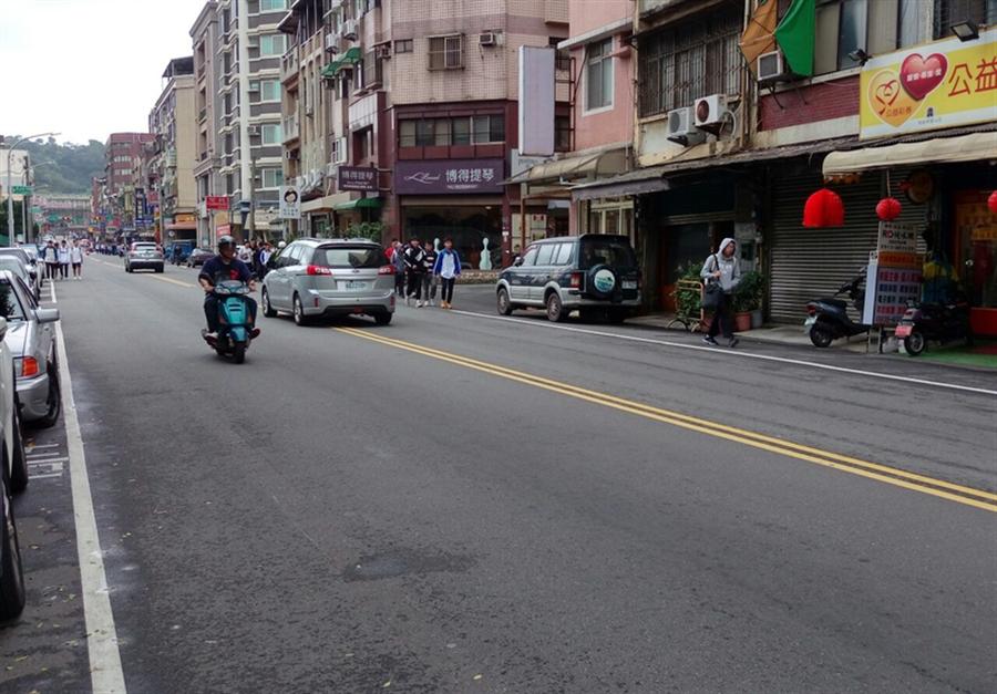 新竹市政府為給學生與社區居民安全的行的空間,18日啟動東山街與培英街人行步道工程,希望打造更宜人的後站步行環境。(陳育賢攝)