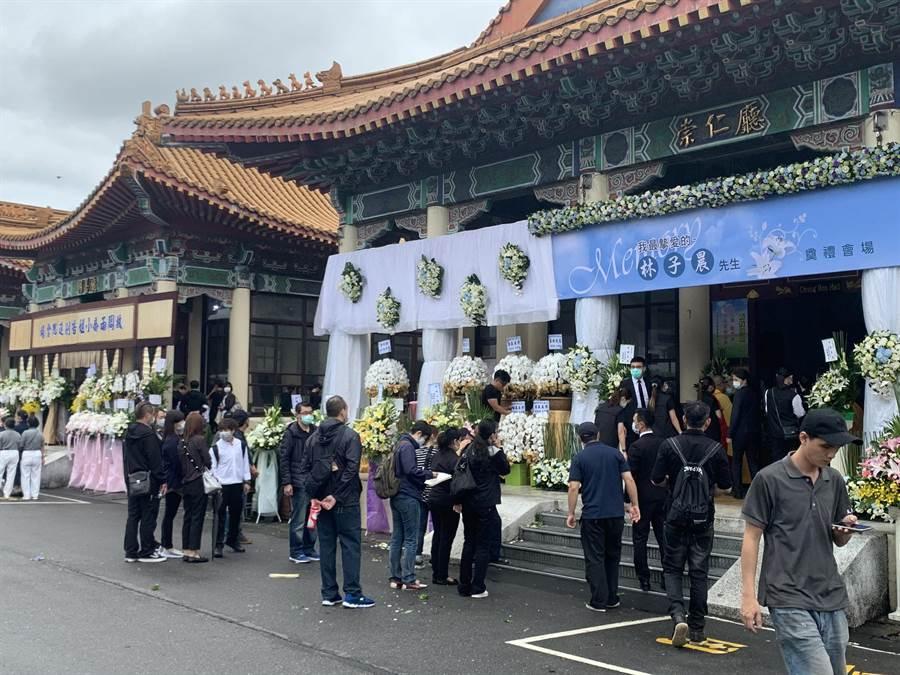 錢櫃KTV火警死者林子晨、周雨喬今天都在新北市立殯儀館舉行告別式。(王揚傑攝)