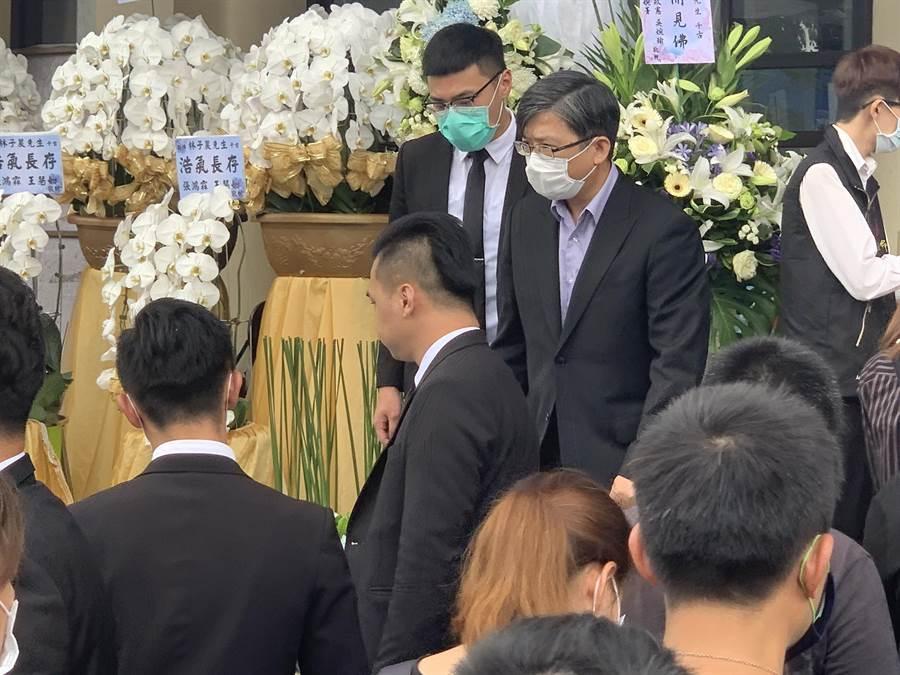 錢櫃執行長連福財代表錢櫃KTV到死者靈前致意。(王揚傑攝)