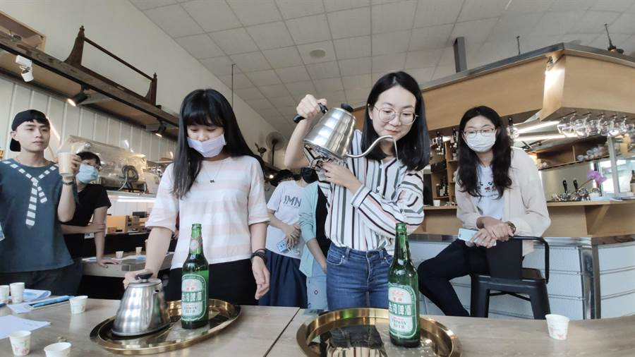 高雄大學學生用酒瓶練習手沖咖啡的精準度。(林瑞益攝)
