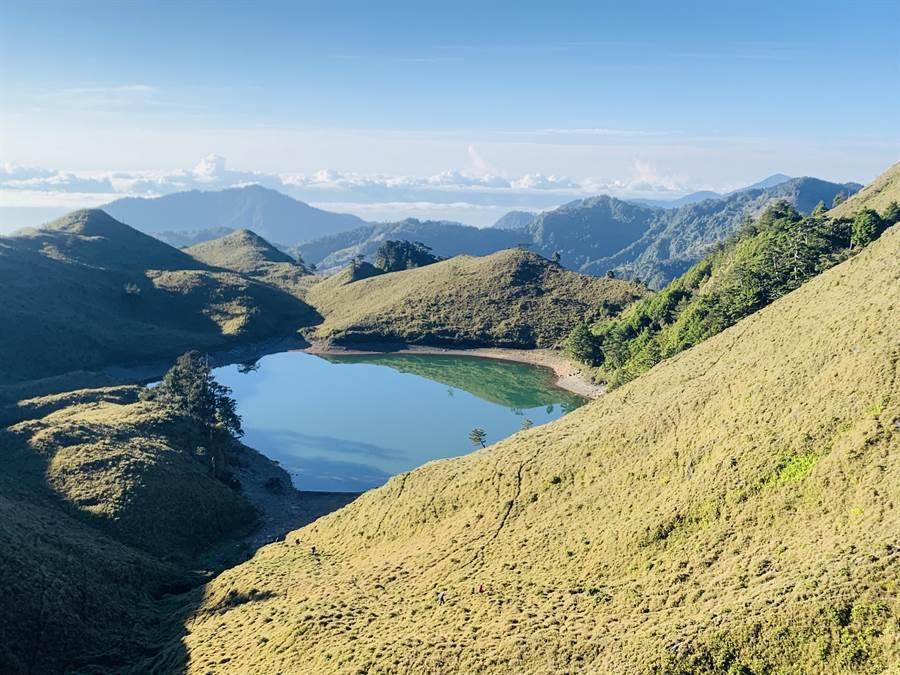 台灣最美的高山湖泊七彩湖,因有如人間仙境,吸引不少山友登頂一睹風采。(圖/廖志晃攝)