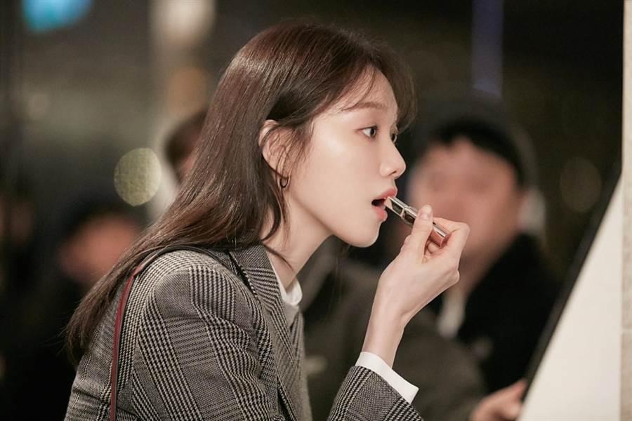 蘭芝超完美6色BOBO唇膏 #3淘氣蜜橙,在韓劇《浪漫醫生金師傅》被使用。(蘭芝提供)
