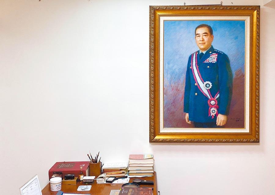 前行政院長郝柏村3月30日因病去世,享嵩壽101歲。他生前使用書房1日開放給媒體拍攝,牆上掛著一幅郝柏村身穿軍服的畫像。(中央社)