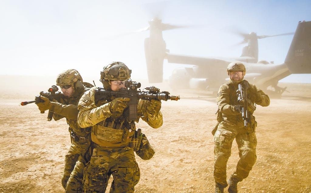 一支特種聯合部隊從美國空軍CV-22跳下,進行聯合特種作戰演習。(取自美國陸軍官網)