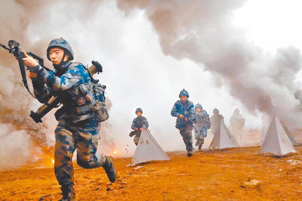 解放軍空降兵某旅進行實兵實裝對抗演習。(取自中國軍網)