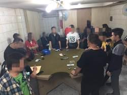 基警深夜攻堅茶行內大賭場 屋內16人聚賭未戴口罩