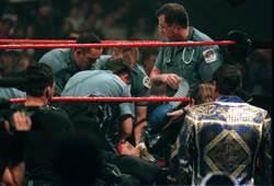 WWE選手跌落擂台喪命 遺孀嘆勿忘悲劇