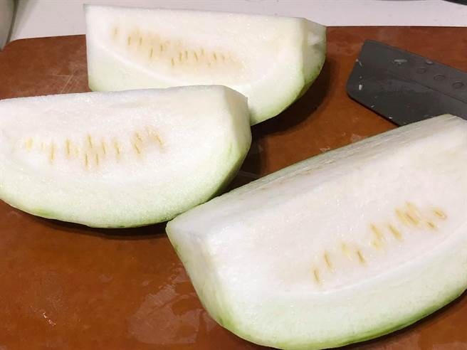 網友分享水果絲瓜,外型上與西瓜皮相似,引發熱議。(圖/翻攝自臉書社團,我愛全聯-好物老實説)
