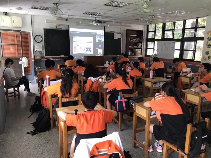 樹林分局首辦校園視訊宣導,國中生學習交安觀念。(新北市樹林分局提供/張睿廷新北傳真)