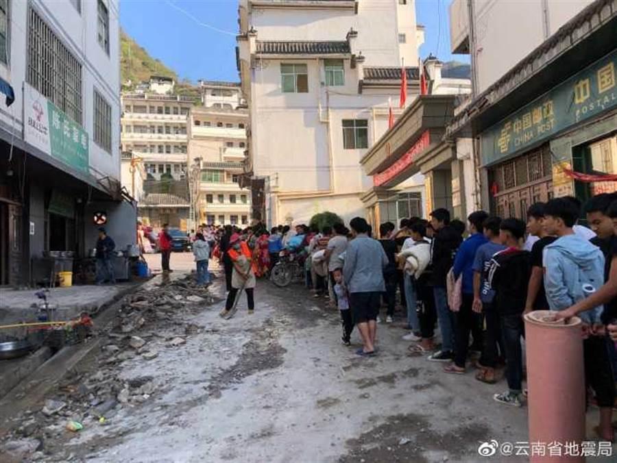 小河中學的師生從學校撤離。(圖/雲南省地震)