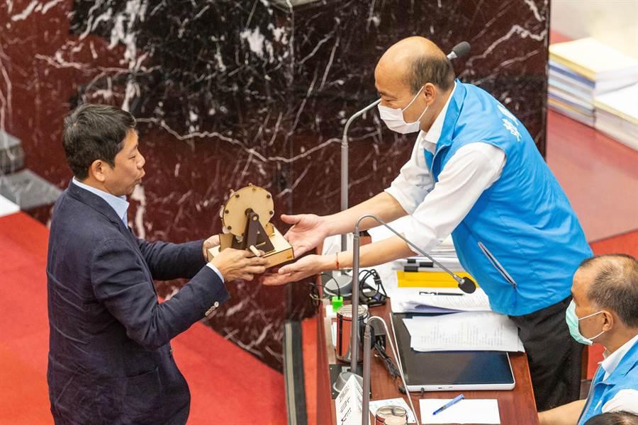 高雄市議員黃紹庭19日肯定市長韓國瑜政績,並當場贈送愛情摩天輪模型。(袁庭堯攝)