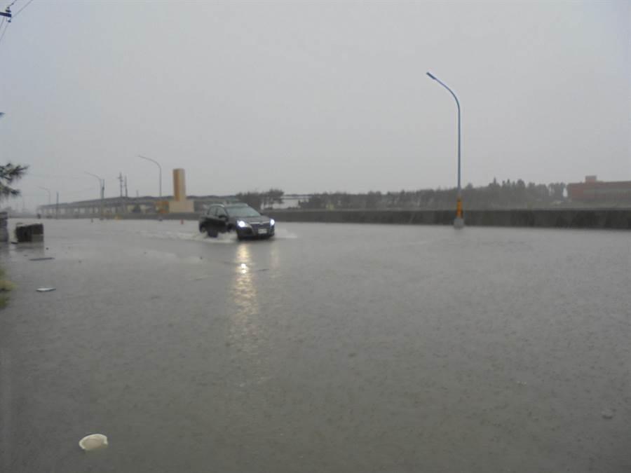 雲林縣沿海地區豪大雨,低窪處1度淹水。(張朝欣攝)