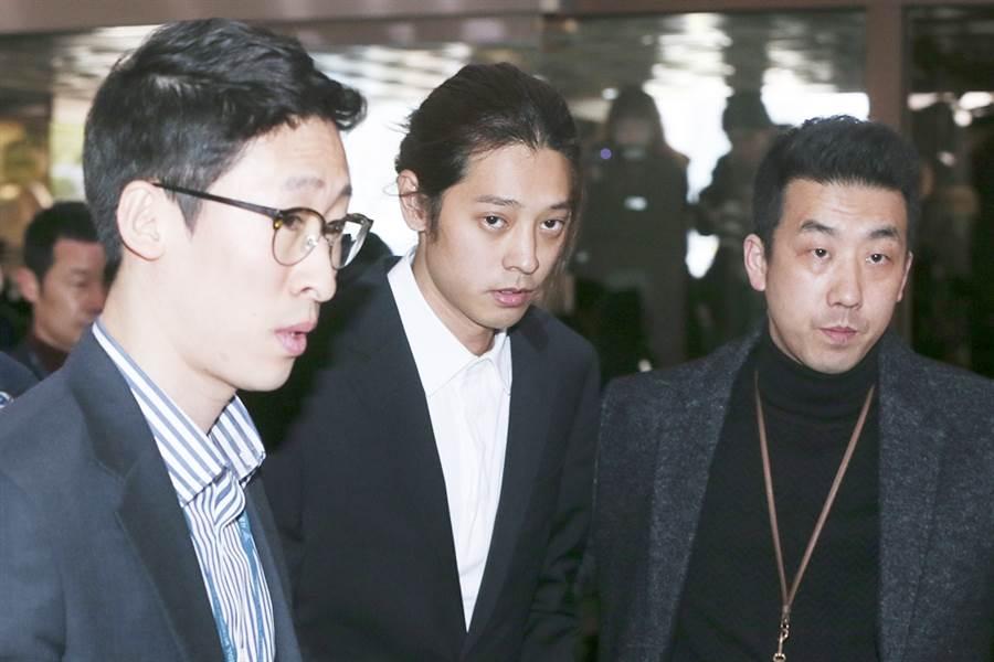 鄭俊英(中)涉輪暴案,日前二審被判5年。(圖/達志影像)