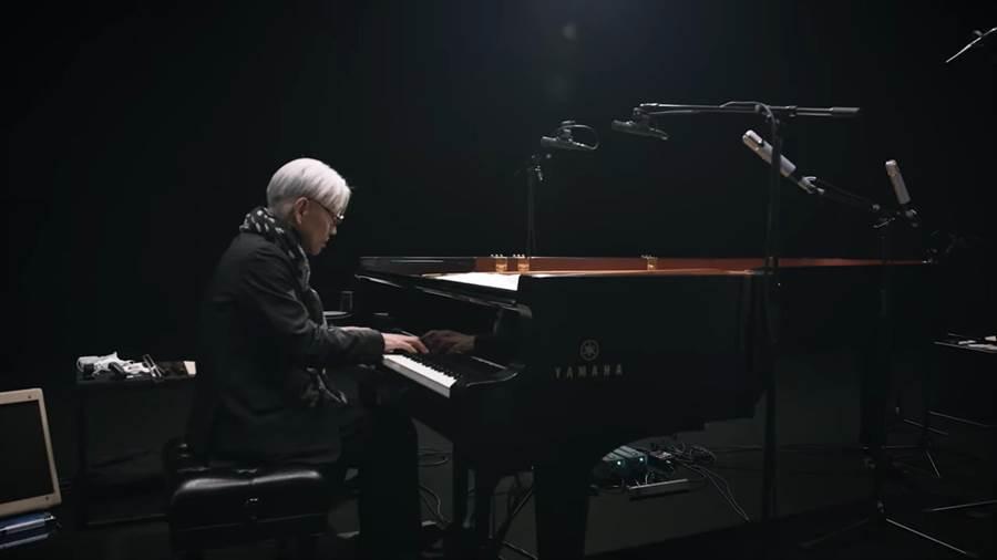 電影《末代皇帝》配樂家坂本龍一,近期特別安排一場「為孤獨者而奏」的線上音樂會,陪伴觀眾度過疫情。(摘自YouTube)