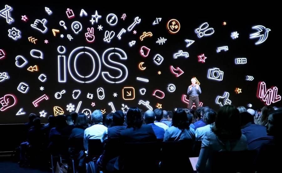 iOS 14 程式碼提前洩漏,曝光了多項新品以及軟體功能。圖為蘋果在 WWDC 2019 發表 iOS 13。(黃慧雯攝)