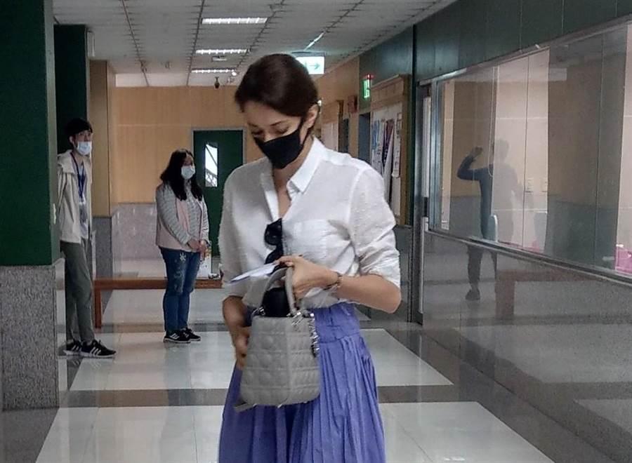 瑞莎日前低調前往文化大學報考運動教練研究所,儘管戴著口罩,但手拎DIOR包的時尚裝扮,被眼尖的粉絲認出。(讀者提供)