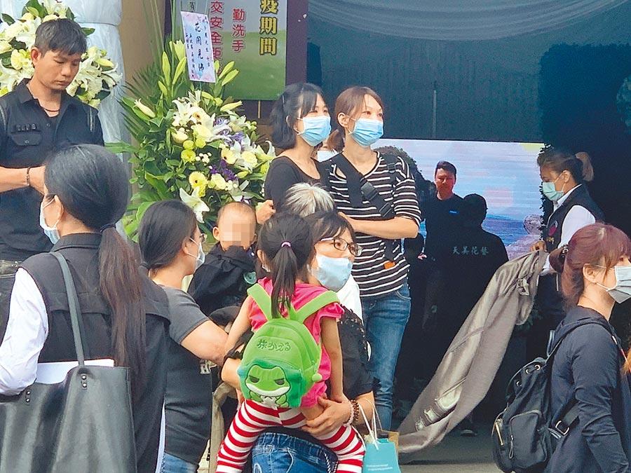 錢櫃KTV大火罹難者林子晨的遺孀(後排中)在親人扶持下,悲慟目送丈夫的靈車。(王揚傑攝)