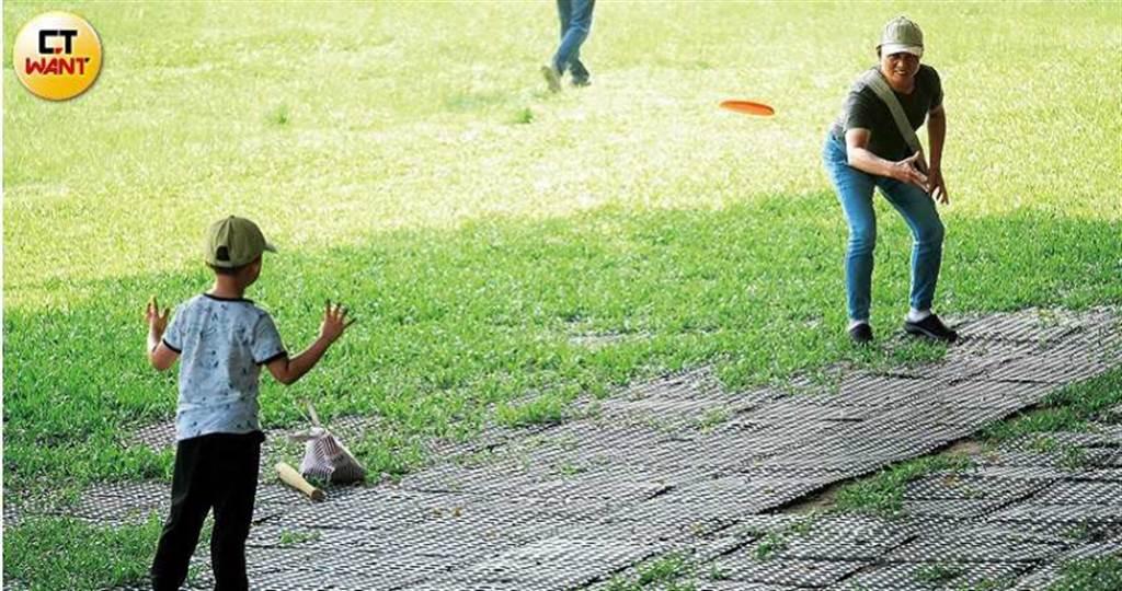 非常親暱的蔡爸父子倆,一大早就到公園丟飛盤。(圖/本刊攝影組)
