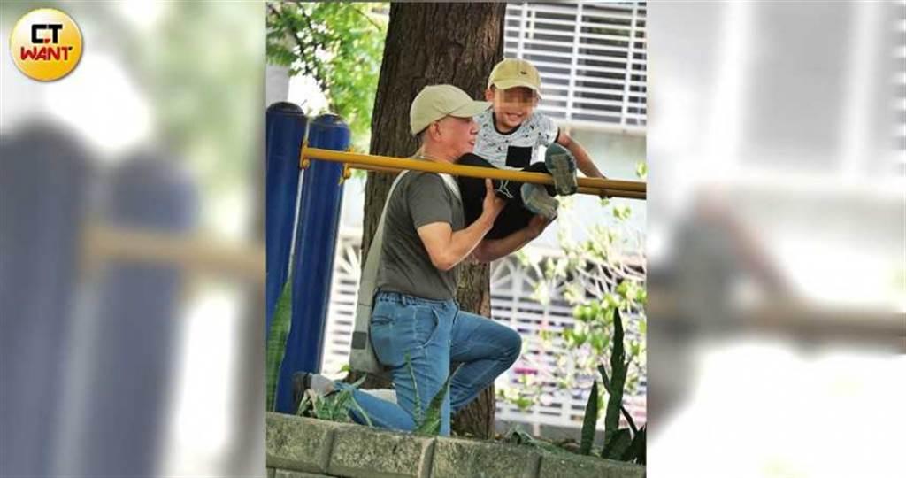 蔡爸撐起兒子爬上單槓,逗得兒子笑逐顏開。(圖/本刊攝影組)