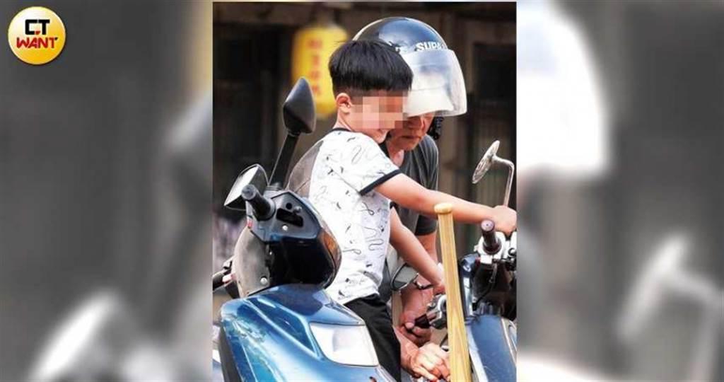 返家前蔡小弟對著摩托車後照鏡扮鬼臉,模樣相當可愛。(圖/本刊攝影組)