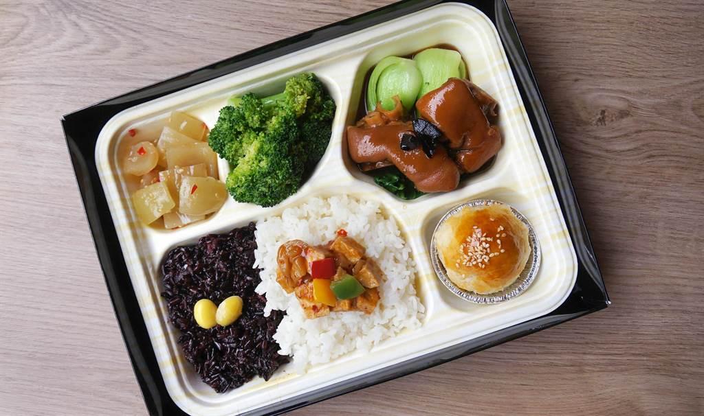 熱食外帶餐盒的「黑蒜強身豬腳便當」,每盒180元。(台北神旺大飯店提供)