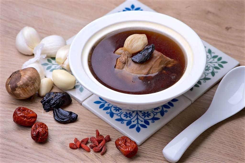冷凍調理包系列的「金銀蒜燉小土雞」,每包180元。(台北神旺大飯店提供)