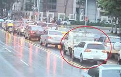 倒退嚕撞後車駕駛先道歉再裝無辜  警調監視器秒打臉!