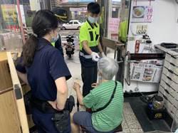 高齡80老婦銀行前跌倒 暖警安全護送返家