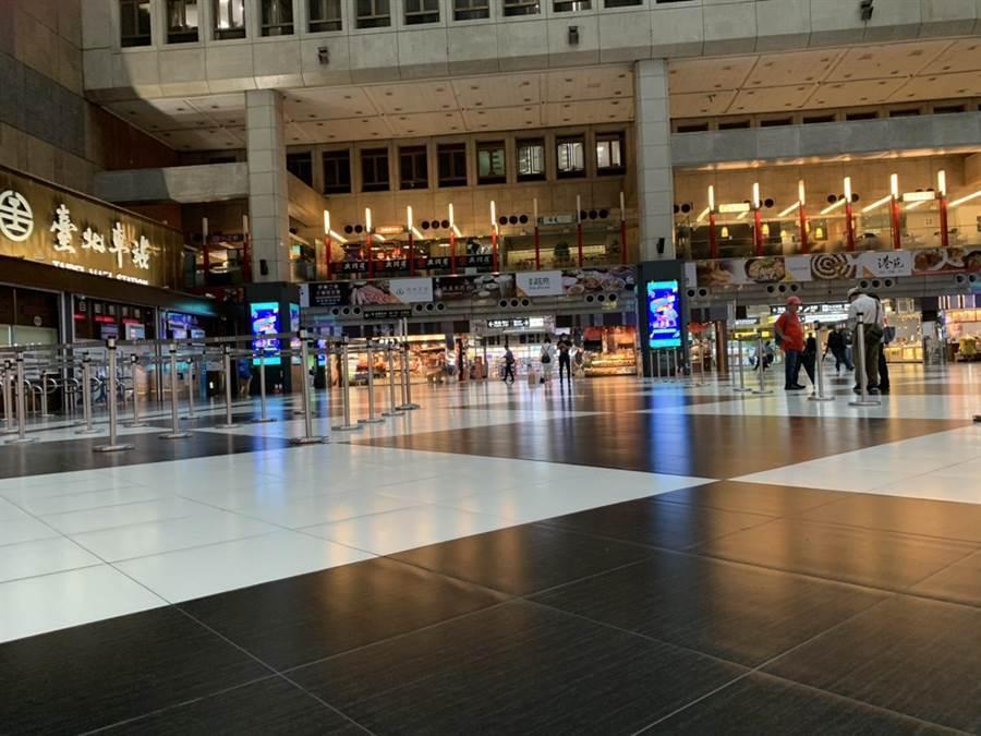 防疫期間台北車站大廳不能群聚,現場顯得空蕩冷清。(資料照 潘千詩攝)
