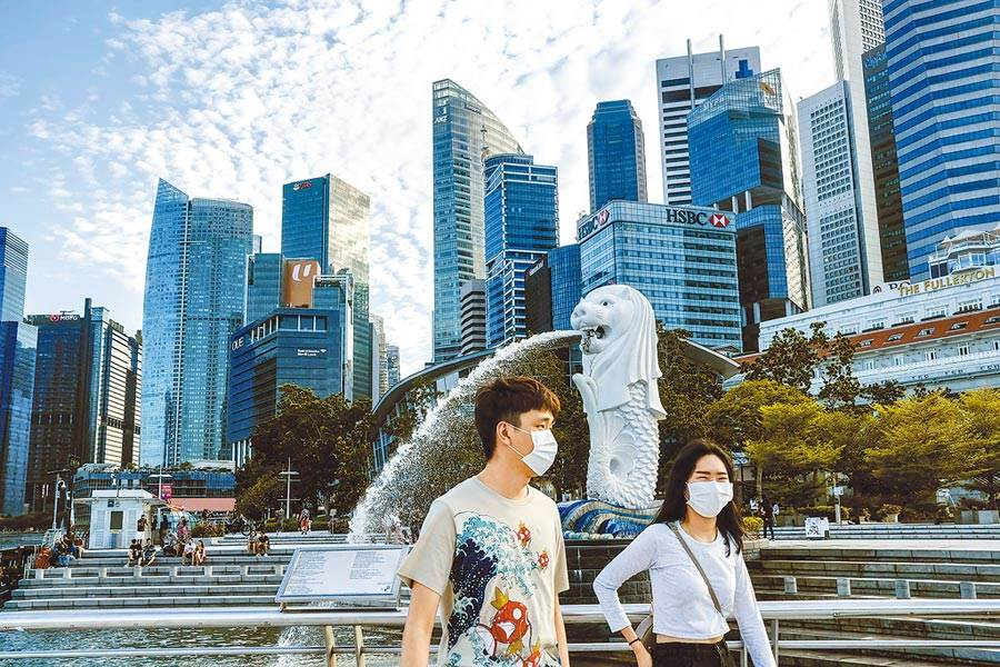 在半封城狀態下,新加坡政府推出一系列紓困措施,救企業也保障勞工和一般民眾的生計。(美聯社)