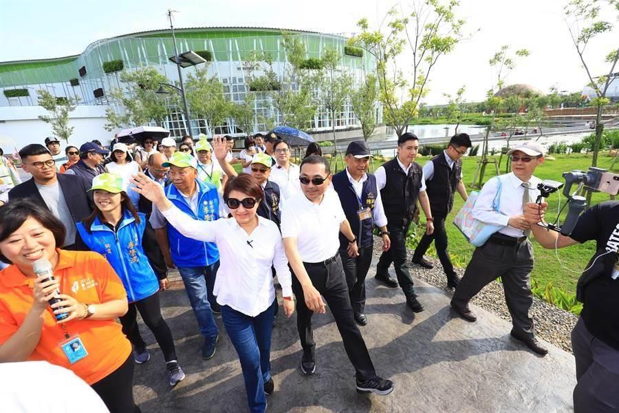 新北市長侯友宜(中右)、台中市長盧秀燕(中左)。(中時資料照)