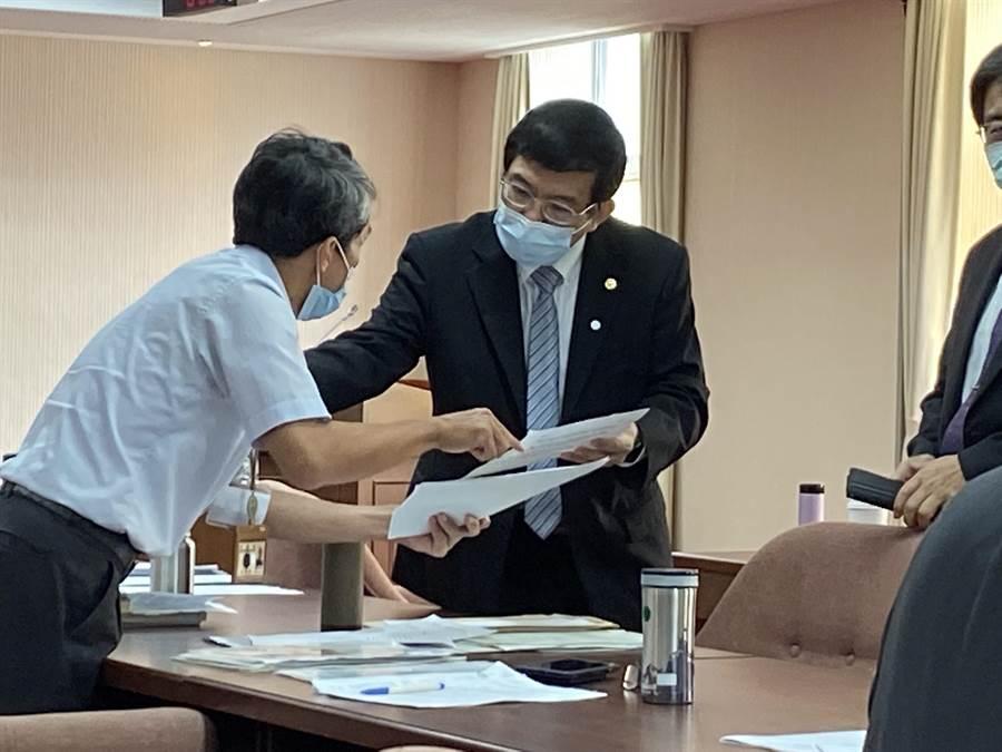 交通部政務次長王國材(右)表示,恢復高鐵自由座及台鐵站票後,仍有總量管制。(陳祐誠攝)