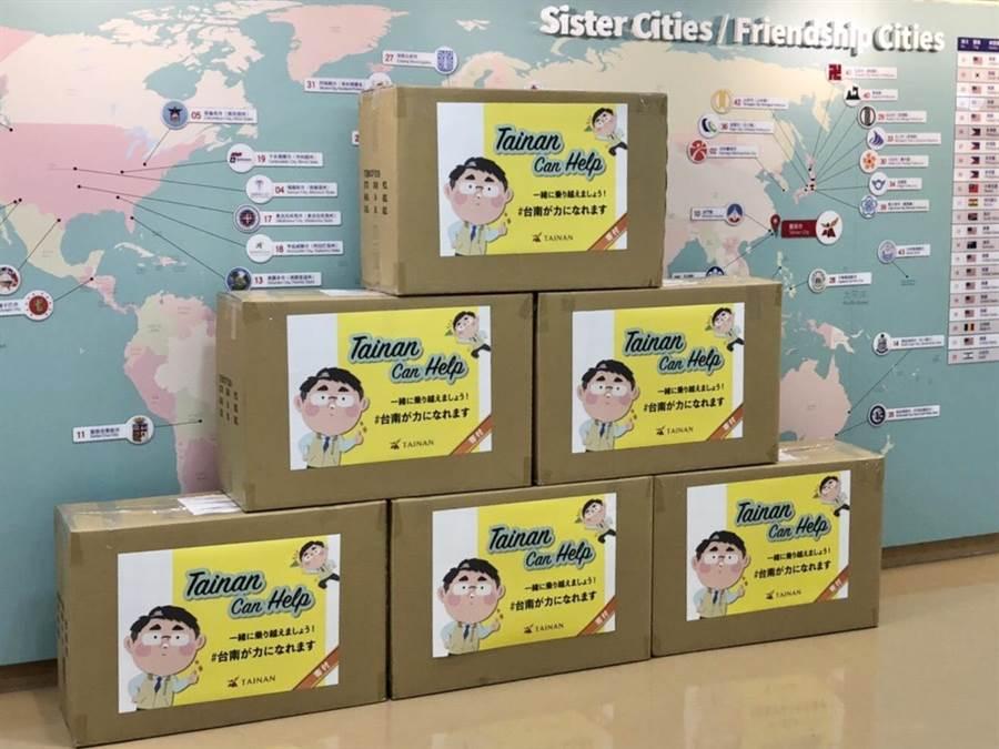 台南市長黃偉哲將台南在地生產的防霧護目鏡、不織布口罩墊片等物資致贈給16個日本城市。(台南市政府提供/曹婷婷台南傳真)