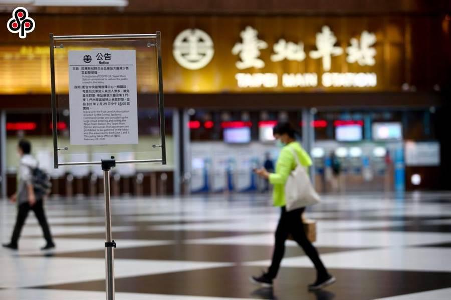 台北車站大廳因應新冠肺炎疫情,台鐵自2月29日起禁止民眾於台北車站大廳席地而坐。(本報系資料照)